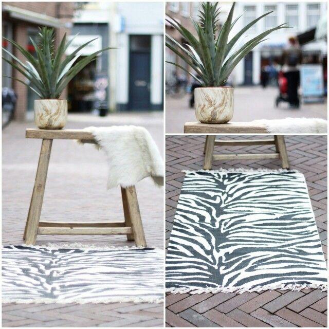 Zebraprint - tapijt - homedelight - kruk - oud hout - www.lijnm.com