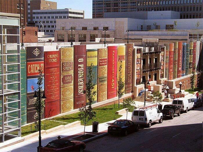 Een bibliotheek beschilderd met boeken.