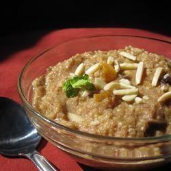 Quinoa ontbijtpap - Porties: 4       25 gr ongeroosterde amandelen, fijngehakt (of geroosterde amandelen)     1 theelepel kaneel     170 gr quinoa     475 ml (amandel)melk     1 theelepel zeezout      1 theelepel vanille-extract     2 eetlepels honing optioneel     2 gedroogde ontpitte dadels, fijngehakt     5 gedroogde abrikozen, fijngehakt