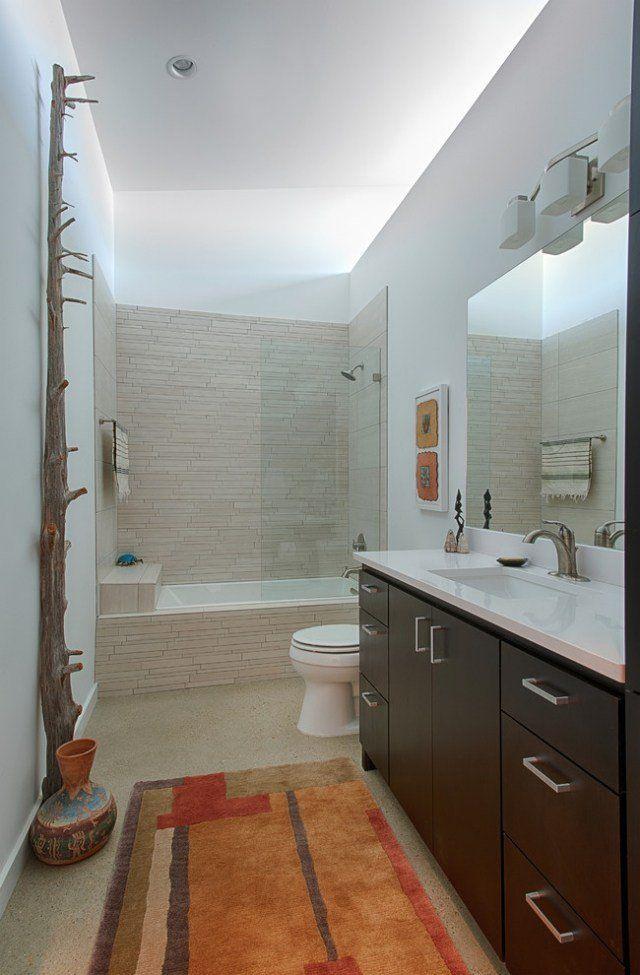 petite salle de bains avec baignoire rectangulaire et douche