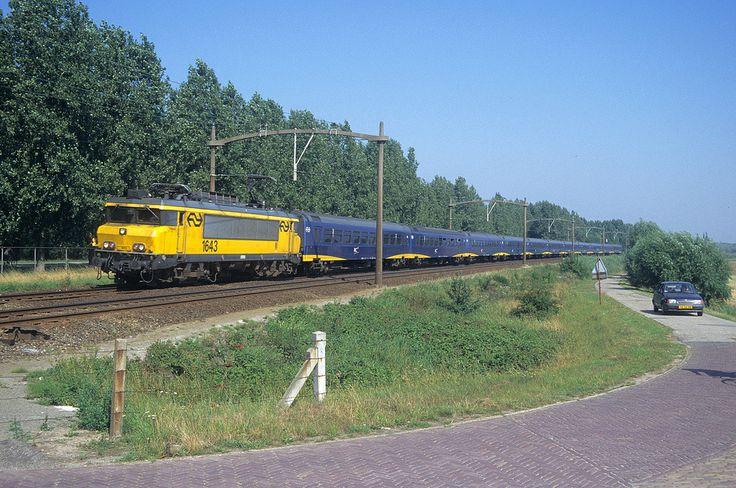 Willemsdorp 19-08-1996 De 1643 is met zijn IC+ onderweg naar de plaats waarnaar de loc vernoemd is (Heerlen), in de korte periode dat rechtstreekse intercity's tussen Den Haag en de Limburgse stad reden. In die tijd werd wel de experimentele IC-plus op dit traject getest.