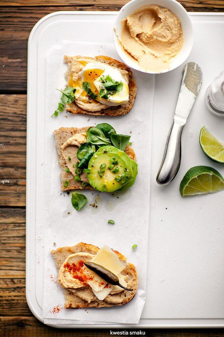 Propozycje podania: 1) jajko i świeża kolendra 2) roszponka i awokado 3) cheddar, pikle chili i pieprz cayenne