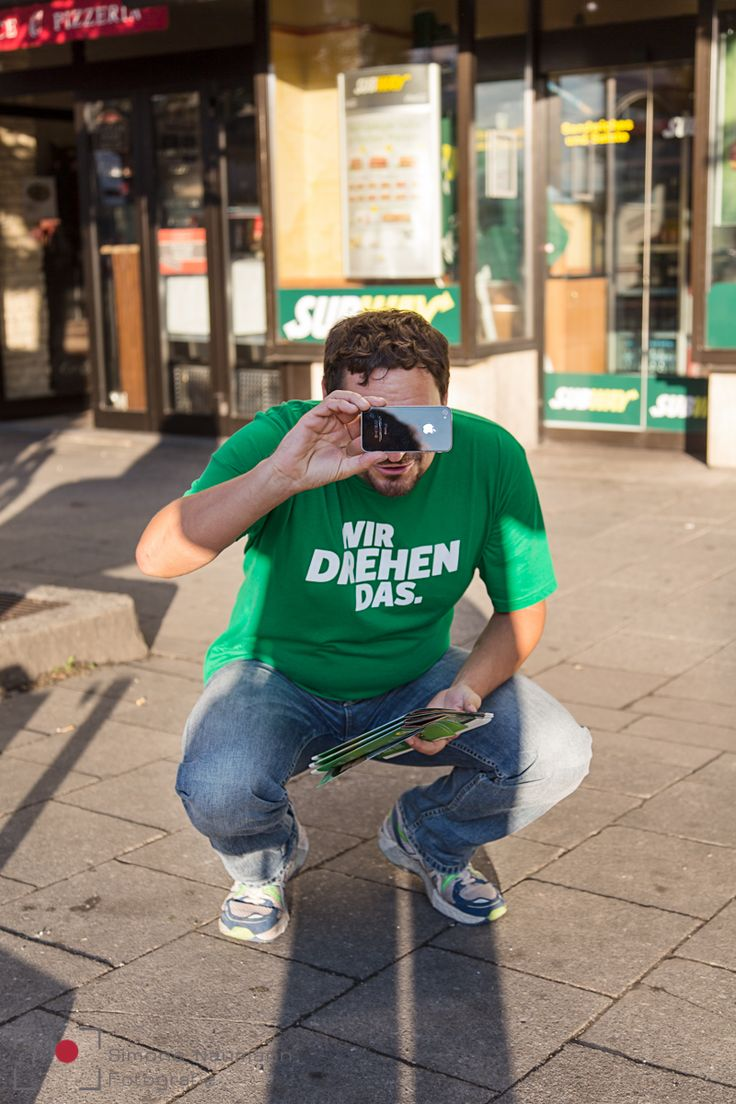 """""""Hallo! Mein Name ist Thomas Pfeiffer, ich bin 37 Jahre alt und Diplom-Pädagoge. Ich arbeite als Programmierer, Dozent und mehrfacher Sachbuchautor. Ich bewerbe mich in dem Stimmkreis 103 - also München-Giesing, Sendling, Thalkirchen und Solln - und in ganz Oberbayern (Listenplatz 22)."""" Ein ganz normaler Wahlkampfalltag: Die Fotografin @simone en voiture Naumann begleitet Thomas Pfeiffer bei seinem Kampf um Stimmen.  So machen wir Wahlkampf in München: Ein Wahlkampfalltag mit Thomas Pfeiffer…"""