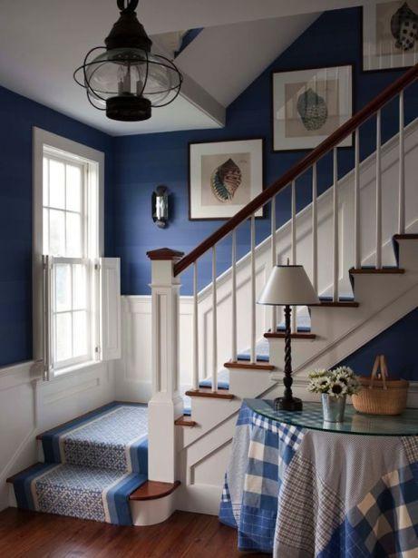 love this blue and white staircase with runner - Galeere Kche Einbauleuchten Platzierung