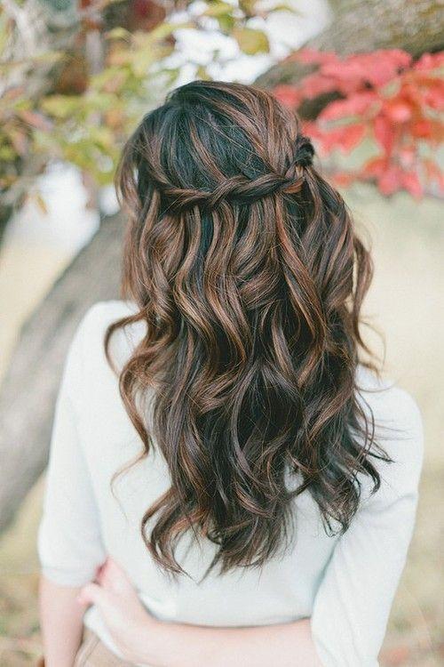 Mèches brunes sur cheveux noirs. Ondulations: