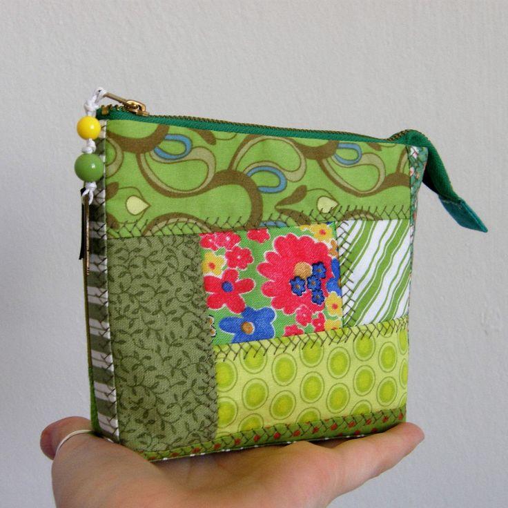 3D+kapsička+-+jarníčkování+Nepostradatelná+kapsička+do+každé+kabelky+třeba+na+doklady,+malovátka,+klíče,+telefon,+šperky...+zkrátka+na+co+právě+potřebujete.+Můžete+ji+nosit+v+kabelce,+darovat+jako+dárek...+Kousíčky+látek+posešívané+stylem+patchwork+a+prostěpovány.+Kapsička+vyztužená+pro+větší+bezpečnost+věcí+uvnitř+a+příjemnější+omak.+Z+každé+strany+je+...