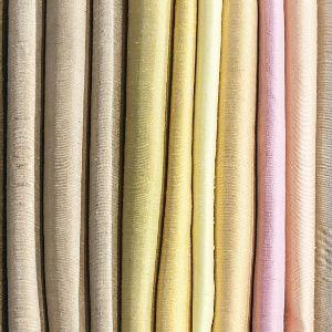 """Tecidos São inúmeros os tecidos para a confecção de cortinas. Ao escolher um, vá além do custo benefício, procure saber um pouco mais sobre cada fazenda: os linhos naturais têm bom caimento, mas costumam encolher quando lavados. Os veludos são mais estruturados, mas podem não ficar muito bem em cortinas muito vultosas. Alternativas para quem busca tecidos mais pesados são as sarjas e os crepes. Para exemplares leves, boas opções são o famoso """"voil"""", microfibra, cambraia, seda e palha de…"""