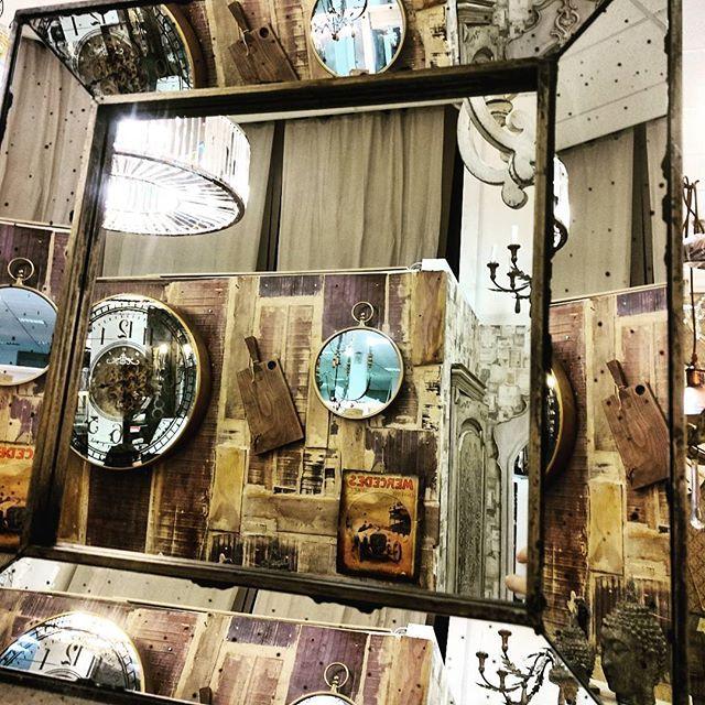 У нас очень много зеркал на любой вкус: круглые, квадратные, прямоугольные, овальные, большие, маленькие, состаренные, серебряные, золотые, металлические.... #декор #зеркаловинтерьере #зеркало #декорстены #lartdomestique
