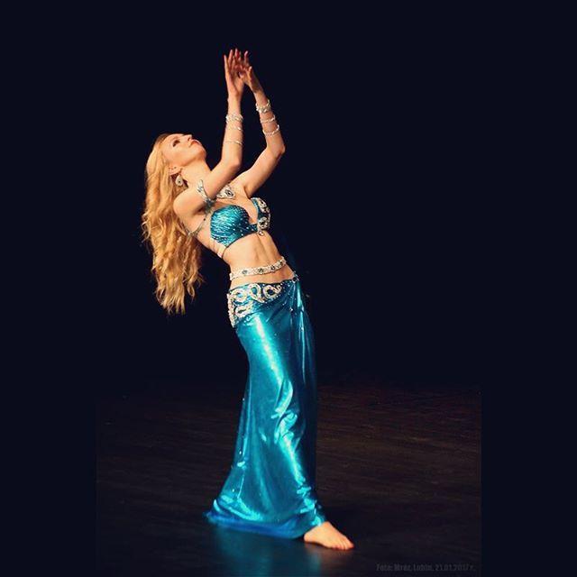 On stage 👣 Costume designed by me 😄 #mahtab #bellydance #bellydancer #danseorientale #danzadelvientre #bauchtanz #taniecbrzucha #dancer #baileoriental #danzaarabe #dancer #performance #danza #baile #dancadoventre #dancecoach #pokaz #show #dance #dancer #onstage #stage #dancing #danceshow #blue #bellydancecostume #longhair #blondhair