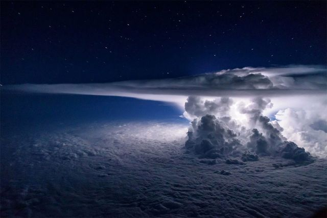 Pilot Captures Amazing Thunderstorm Photo at 37,000 Feet Over the Pacific Ocean