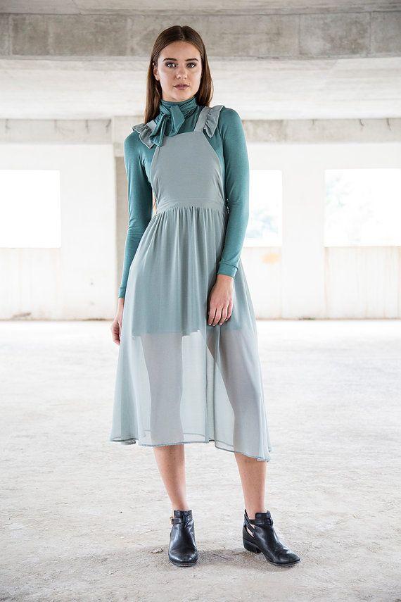 Wie der Mond erscheint, macht seine trübe Licht seinen Weg durch den zarten Stoff von diesem magischen Schürze Kleid. Eigenschaften: Eine weiche und schiere Schicht in Gedämpften Mint fällt wunderschön über Ihren Körper. Zarten Rüschen-Flügel schmücken die Gurte und schaffen eine interessante X-Form. Seitlicher Reißverschluss und verstellbaren Trägern. Styling-Tipp: Dieses einzigartige Kleidungsstück kann getragen werden als Overlay über ein Kleid oder Jeans/Leggings für mehr nervös, es…