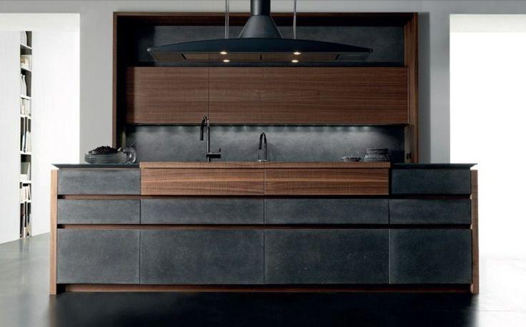 îlot de cuisine en bois massif et béton noir, placards avec éclairage LED intégré et hotte en acier assortie