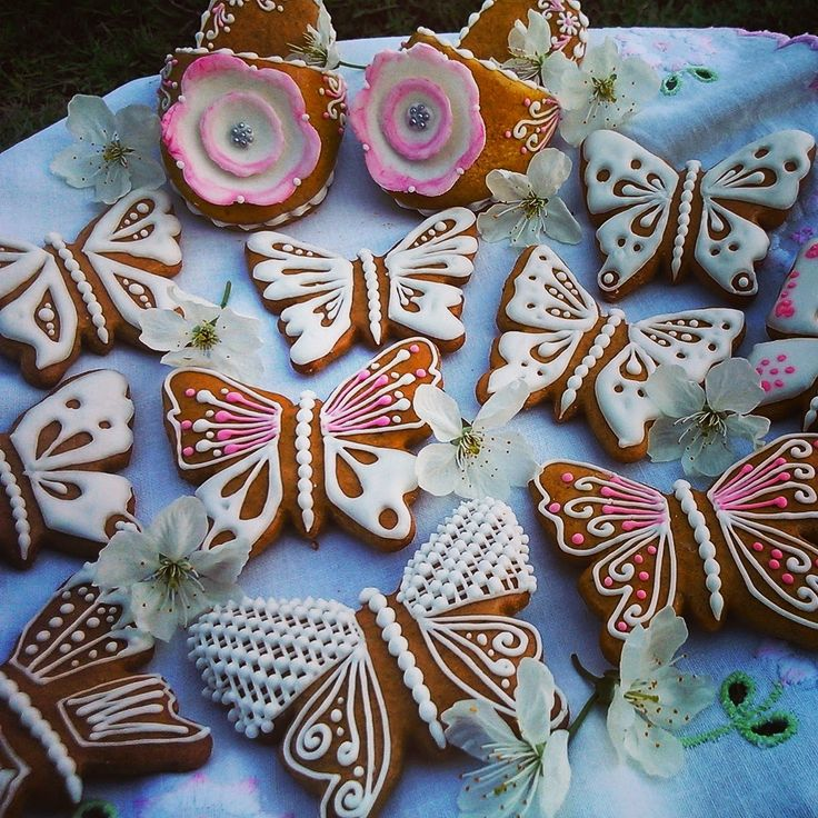 Butterflies made of honey cookies and decorated with sugar glaze by Honiees.