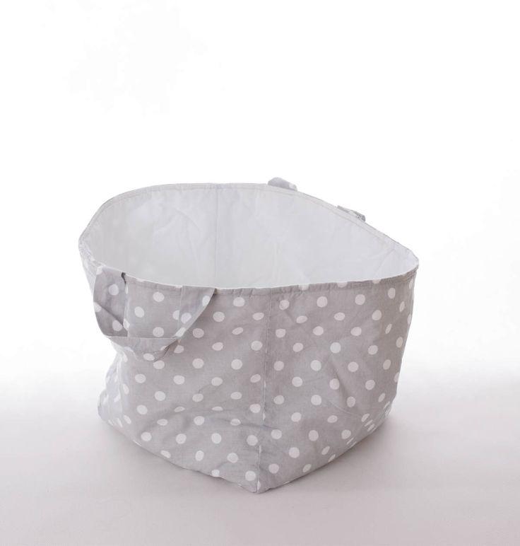 Kosz kwadratowy w białe groszki idealnie sprawdzi się jako pojemnik na zabawki,misie, poduszki oraz wszystkie inne rzeczy. Wymiary: ok 25x25x25cm. Ręcznie wykonane. Materiał: 100% bawełna.