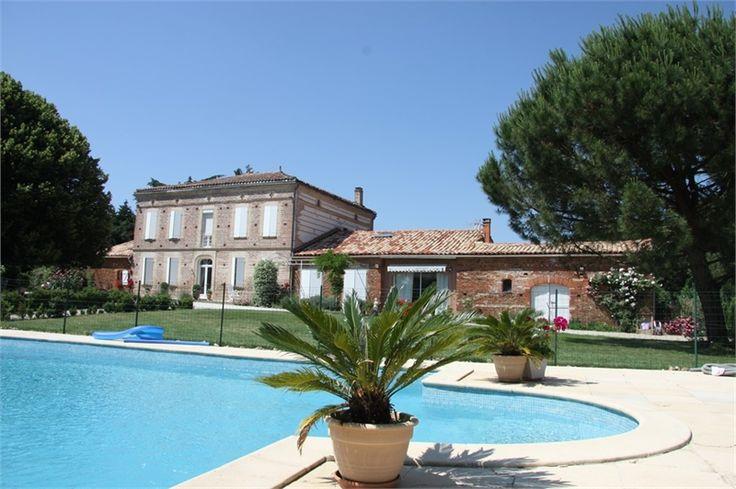 Magnifique propriété du XVIIIe siècle à vendre chez Capifrance à Montastruc La Conseillère.    > 450 m², 9 pièces dont 4 chambres et un terrain de 7200 m².    Plus d'infos > Didier Bottarel, conseiller immobilier Capifrance.