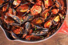 ¿Cómo hacer mejillones con tomate? Una receta sencilla que sale muy rica. Estos moluscos aportan nutrientes esenciales como el hierro y proteínas.