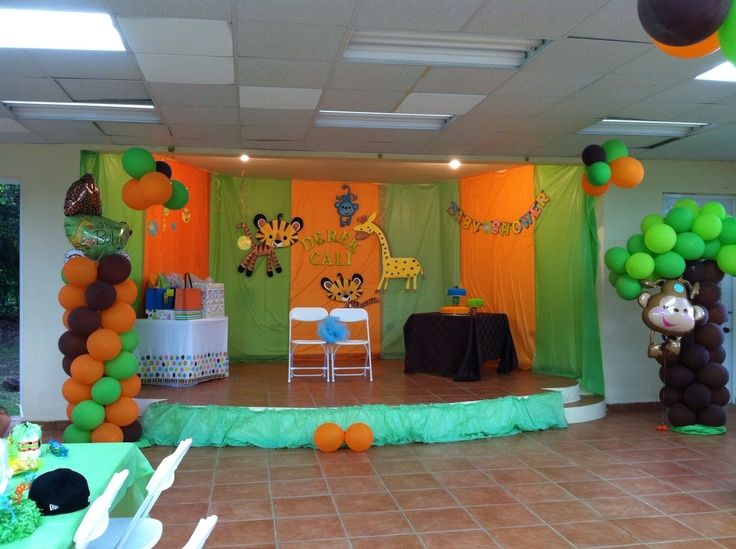 Jungle baby shower i like the backdrop of colored table for Baby shower party junge