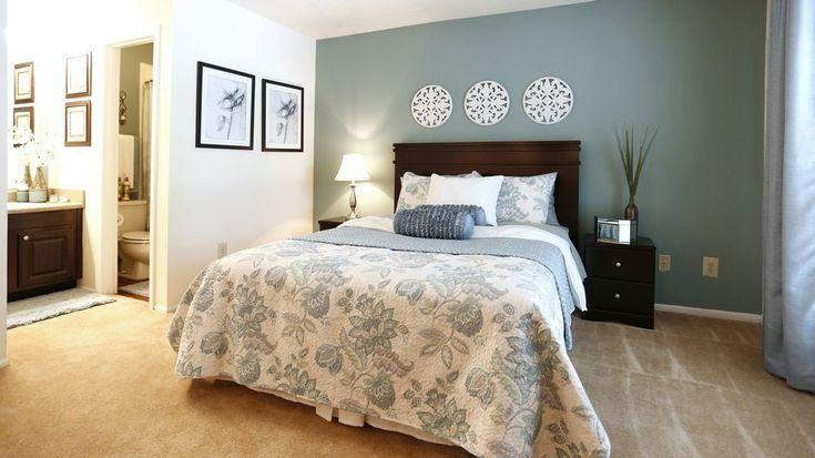 Blaue Wände schaffen eine weiche Kulisse für dieses Master-Schlafzimmer und machen das dekorative weiße Runde obenliegende Display pop als Kristallisationspunkte.