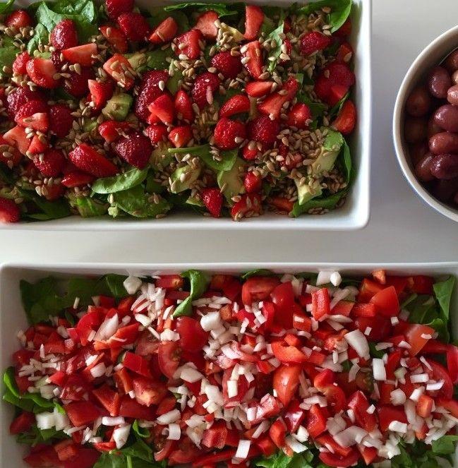 TOMATSALAT: Læg en bund af spinatblade og udskær modne, søde tomater, rødpeber og løg (hvid). Hæld evt. lidt hvidvinseddike over :-)  AVOKADO- & JORDBÆRSALAT: Du skal blot udskære en moden avokado, jordbær, spinatblade, rødpeber og top den med panderistede mandler eller græskarkerner.