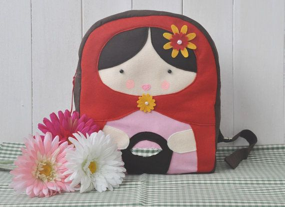 I designed this cute little red riding hood backpack thinking of my kids. The structure is made of 100% cotton in pink, brown tones, while the