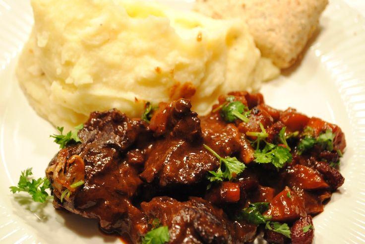 Boeuf bourguignon: Her er virkelig tale om en fransk klassiker, der gør sig som forrygende dansk vintermad. Boeuf bourguignon er oksekød, der bliver langtidskogt i rødvin, men den koger så længe, at saucen nærmest til sidst cremer sig rundt om det møre kød.