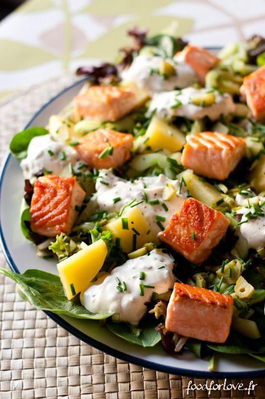 Je trouve cette salade parfaite. Équilibrée, fraiche et parfumée. Si vous n'êtes pas fan de saumon, remplacez le par des dés de blanc de poulet grillé ...