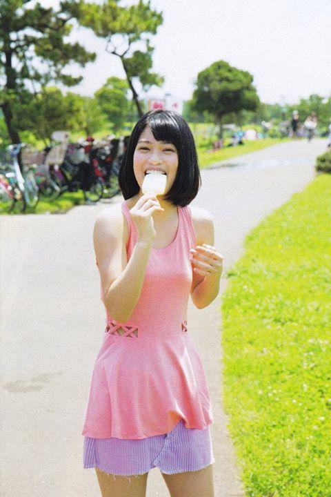 アイスを食べる東李苑