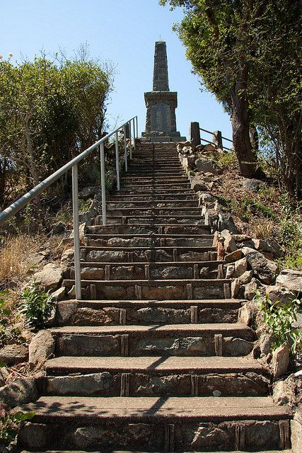 Over looking Dingane's krawl, is the site of the murder of Piet Retief and 100 other members of the boer team. (30 of which were servants)  They were clubbed to death.  Originally this memorial comemorated the deaths of the 70 boers, but later a plaque was added for the 30 servants who were also murdered.  Prior to their murder, the boers had      KwaMatiwane apparently signed a deed of cession with Dingane, ceding part of now Natal to the boers.   Today some historians dispute this and…