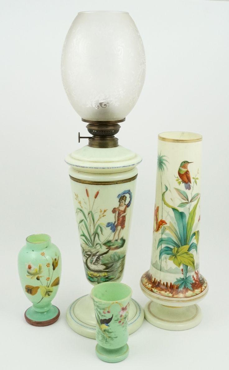 Een kavel divers lichtgroen opalineglas, w.o. een olielamp met zwanendecor en een vaas met decor van kolibrie en tulpen
