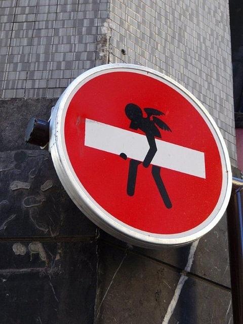 Street art in Paris Urban art by Clet Abraham   Schilder, insbesondere Einfahrt verboten, hat es mir heute angetan. Das hat was von Cartoon.