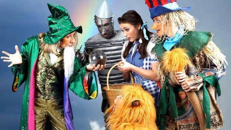 Zauberer (Bernd A. Zille) mit Blechmann (Maximilian Hintz), Dorothy (Tatjana Roth), Löwe (Thomas Schreier) und Vogelscheuche (Rebecca Weber) (v.l.n.r.) (Foto: Admiralspalast Berlin)