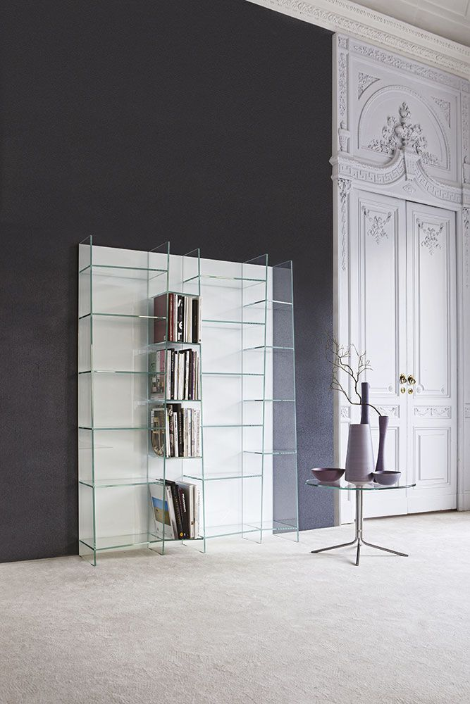 """Delphi è una libreria modulare in vetro che, grazie a ripiani di forma trapezoidale di misure diverse, crea un sinuoso effetto """"onda""""."""