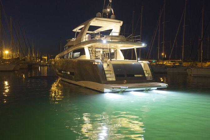 Prestige 750 - Kat Marina - underwater lights