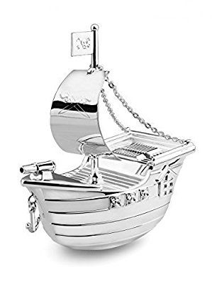 Das Atemberaubende an dieser Spardose sind die vielen kleinen Details; das von Ketten gehaltene Segel, die Gravur auf diesem, die Kanonen, der Anker, alles in allem eine grandios geglückte Sparbüchse. Ihr Geld können Sie natürlich jederzeit von Bord holen. Öffnen Sie hierzu einfach das Schiff auf der Unterseite mit Hilfe eines Drehverschlusses. Maße: 15 x 6,7 x 14 cm (H x B x T) Wenn Sie wünschen, können Sie die Spardose auch gravieren lassen; wahlweise in Schreib- oder Druckschrift. Wir…
