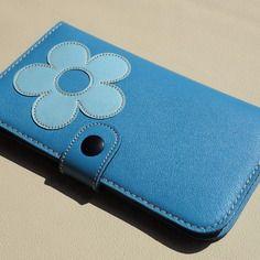 Portefeuille femme, compagnon, en cuir de veau tres souple deco fleurie cousue bleu pastel