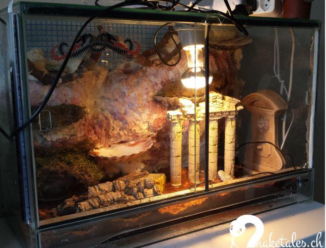 Kinderstube 60 x 30 x 40 cm im antiken Stil | UVA Licht und Heizmatte | Rückwand aus Bauschaum