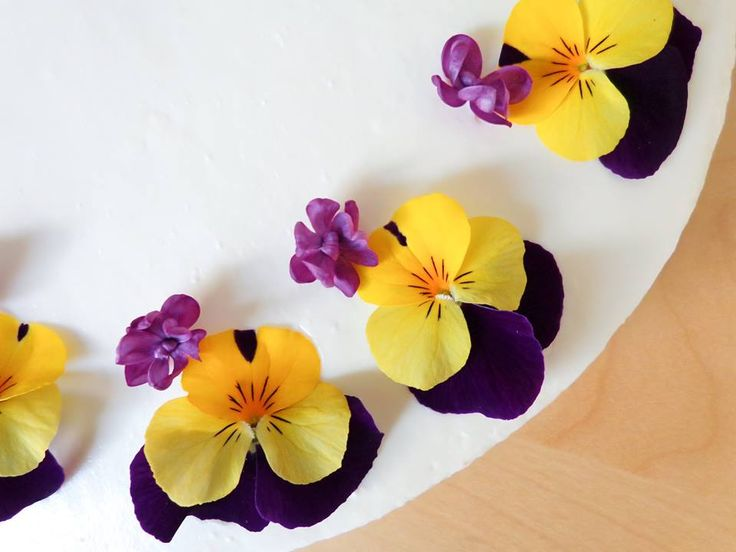 Cake with edible flowers- pansy