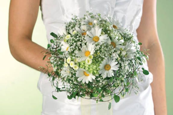 Romantic bridal bouquet with margarites and gypsophila, perfect for a relaxed spring or summer wedding. http://www.blooms.de/praxis/praxis-floristik/detailseite-praxis-floristik/news/detail/News/floristikidee-brautstrauss-margeriten.html