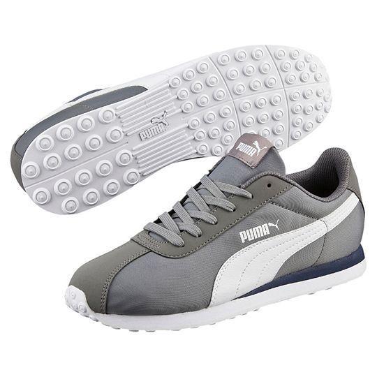 Buty męskie Puma, model TURIN NL, charakteryzuje się:  - Strona zewnętrzna: łyżwa w stylu Puma w kolorze białym,  - Strona wewnętrzna: biała łyżwa w stylu Puma plus ozdobne przeszycia,  - Język: napis Puma,  - Pięta: logo Puma,  - Materiał: nylon oraz najwyższej jakości materiały syntetyczne (dodatki),  - Kolor: biel, odcienie szarości i srebra  #butymęskie #obuwiemęskie #butysportowe #kolekcjaPuma