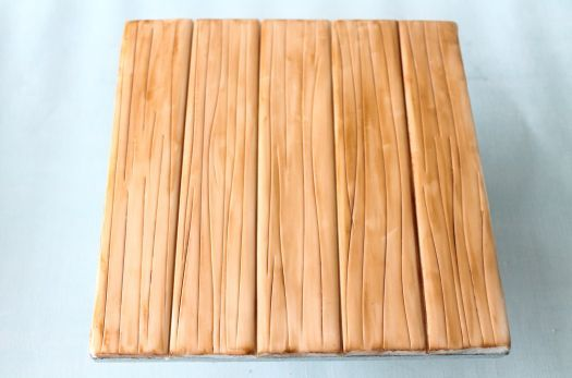 How to make wood effect cake board!   found on: http://cakejournal.com/tutorials/how-to-make-wood-effect-cake-board/