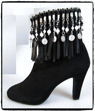Op deze zwarte suede laarzen heb ik een franje band gemaakt met muntjes en kralen.De franjes zijn bevestigd aan een jasseron ketting die ik er met zwart leren vlecht band heb opgenaaid.Customized by Eve