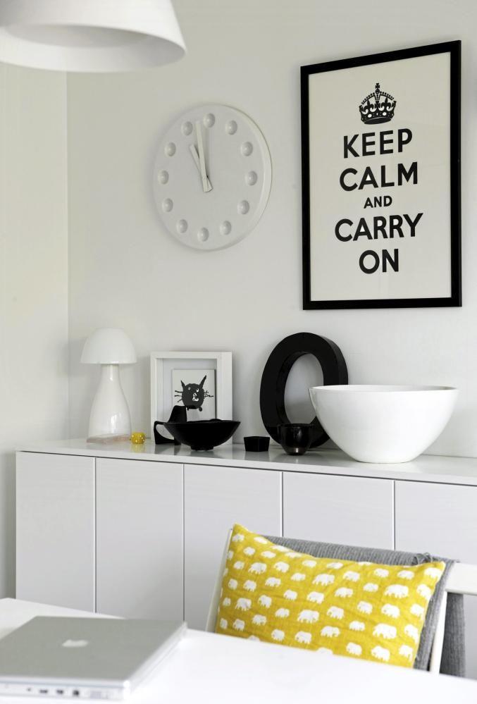 Skapene langs veggen er opprinnelig kjøkkenskap fra Ikea, men har her blitt brukt som en sjenk ved hjelp av å legge en benkeplate på toppen. Fargene er enkle kontraster, svart på hvitt. Den gule puten bryter fint med resten av interiøret.