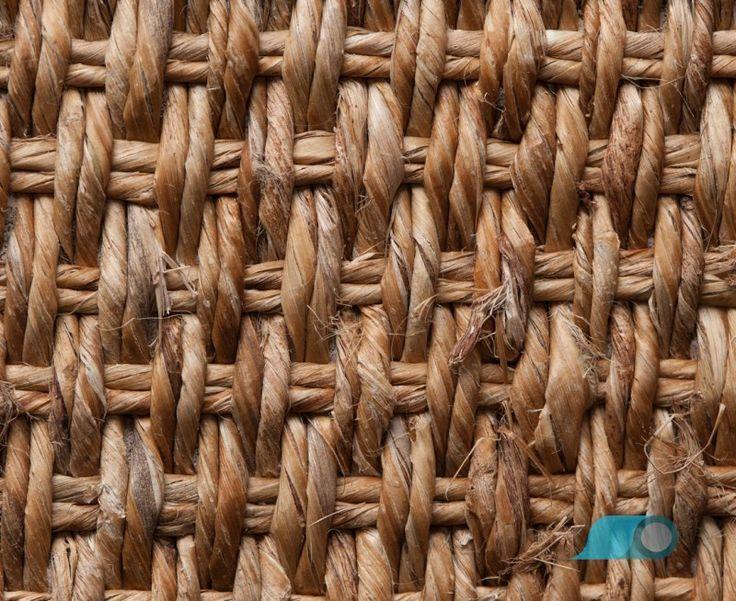 Berg gras tapijten zijn gemaakt van stevig grassen gevonden hoog boven op de bergen meestal gelegen in de Pacific Rim. Berg gras tapijten zijn erg duurzaam.  tapijten van berg gras hebben een mooie kleur, maar er is een beperkt kleurassortiment. Berg gras kan namelijk niet geverfd worden omdat het niet gevoelig is voor vocht. De natuurlijke kleuren variëren van beige tot geel, van bruin tot groen.