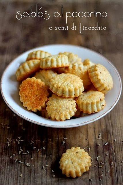 Sablés pecorino finocchietto-Per 20 biscottini  1 cucchiaino colmo di semi di finocchio-90 g farina-60 g pecorino stagionato-50 g burro morbido-1 tuorlo-pepe Mescolate la farina, i semi di finocchio schiacciati, il pecorino grattugiato,pepe, burro e il tuorlo. Formate una palla, lasciate in frigo 1 ora e mezza. Stendete l'impasto a circa 2/3 mm e disponete i biscottini su una placca coperta di carta da forno. Cuocete a 170° per circa 10 min o fino a doratura. Lasciate raffreddare.