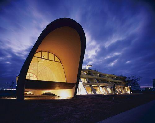 ミュージックホール(風の音棟) 琵琶湖側から見た西側夕景。ホテル(右)は短冊状の壁を東西方向に立て並べ、風が建物を通り抜けるようにした。これにより眺望も確保できる。左がチャペルを兼ねた「風の音」棟(写真:市川かおり)
