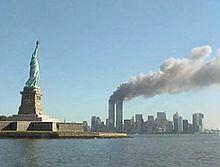 Attentats du 11 septembre 2001 — Les tours du World Trade Center en feu après les impacts des vols AA11 et UA175.Wikipédia