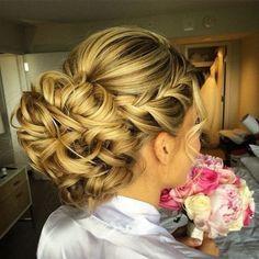 Geflochtene Blonde Curly Bun – Hochzeit Hochsteckfrisur Frisuren mit Zöpfen