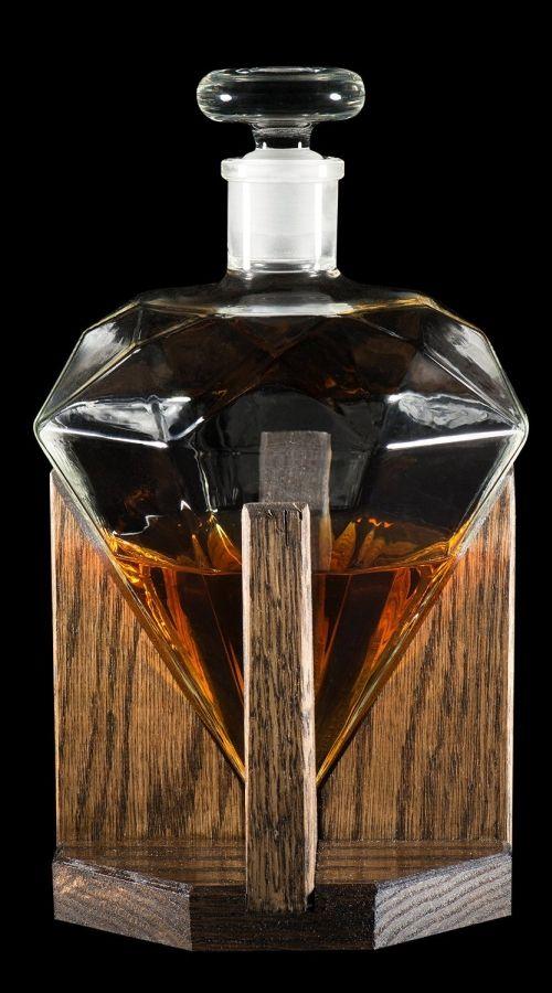 Whisky w diamencie! Miłośnicy whisky lubią często trzymać ten wyjątkowy trunek nie w butelkach a w specjalnie do tego przeznaczonych naczyniach. Tutaj mamy do czynienia z bardzo ciekawą karafką, która wygląda niczym diament. Dzięki temu trunek będzie się w niej znakomicie prezentował, będzie bardzo dobrze zabezpieczony przed dostępem powietrza, a przy tym także taka karafka będzie znakomitym elementem dekoracyjnym. #alkohol #gadżet ##karafka ##do whisky