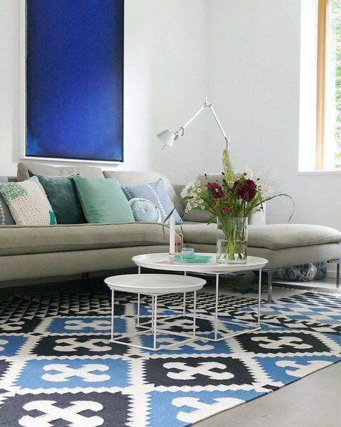 Shop den Look: 3 Wohnstile zum Nachshoppen mit Connox | SoLebIch.de  Foto: Lumikello  #solebich #wohnzimmer #ideen #skandinavisch #Möbel #Einrichten #modernes #wandgestaltung #farben #holz #dekoration #Wohnideen #Einrichtung #interior #interiorideas #livingroom #teppich #blau #grün #grau #weiß #beistelltisch