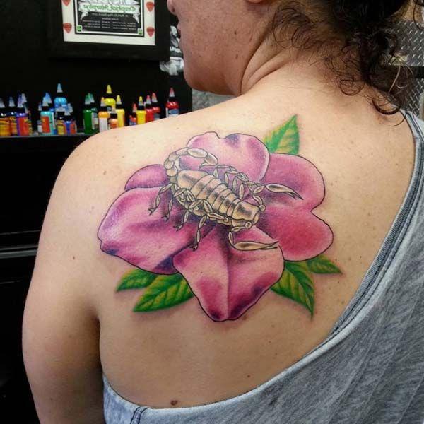 lotus çiçeğine akrep dövmesi